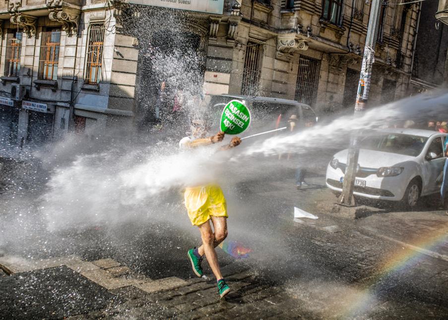 LGBTI-13UNCU-ISTANBUL-ONUR-YURUYUSU-28-HAZIRAN-2015-FOTO-VEDAT-ARIK-03.jpg