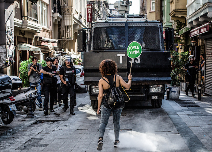 LGBTI-13UNCU-ISTANBUL-ONUR-YURUYUSU-28-HAZIRAN-2015-FOTO-VEDAT-ARIK-07.jpg