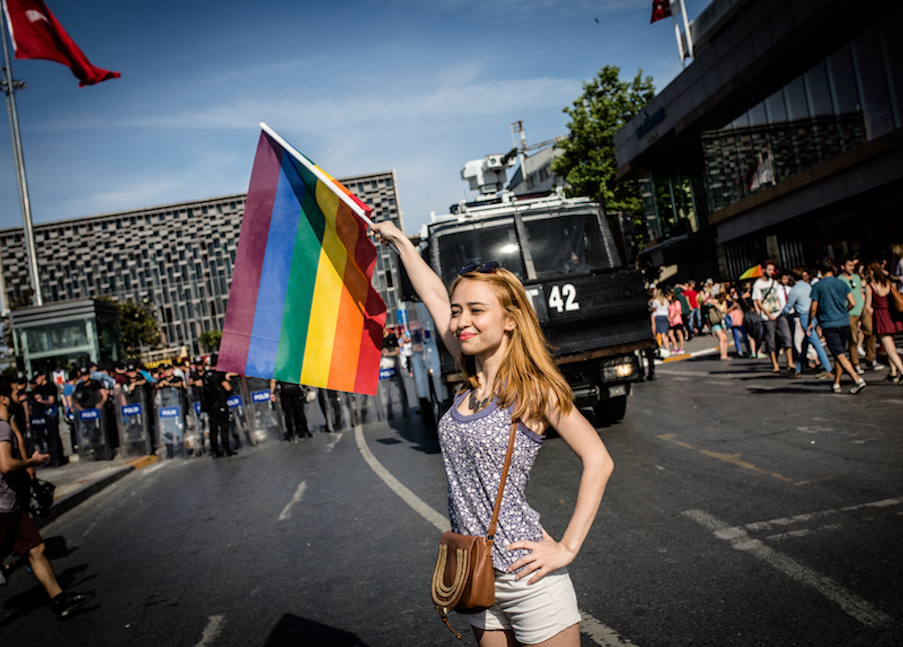 LGBTI-13UNCU-ISTANBUL-ONUR-YURUYUSU-28-HAZIRAN-2015-FOTO-VEDAT-ARIK-09.jpg