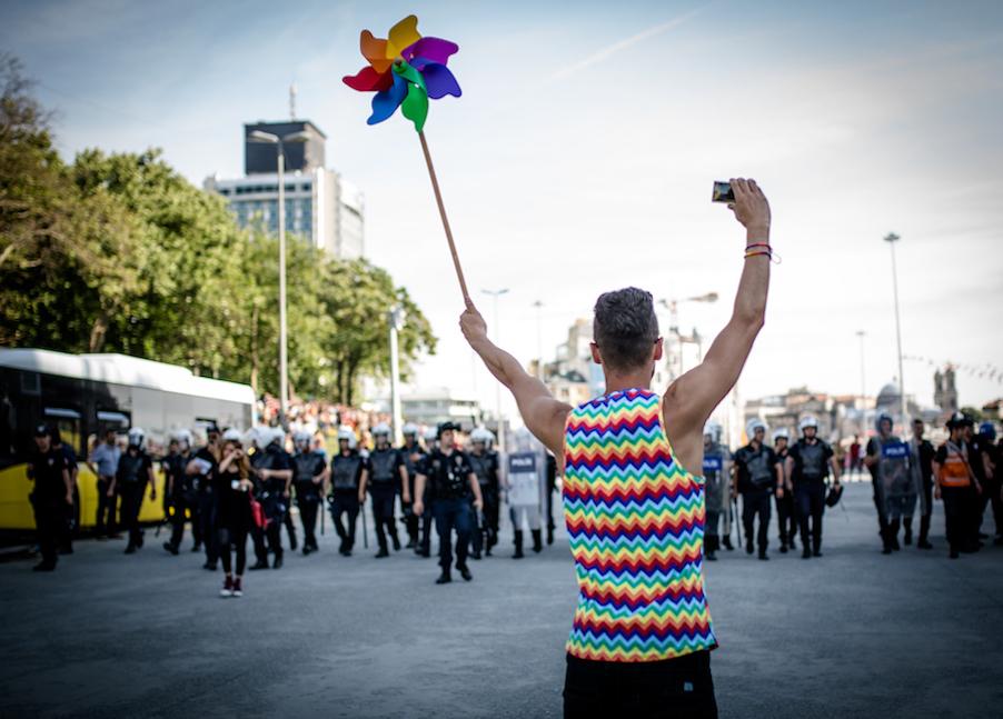LGBTI-13UNCU-ISTANBUL-ONUR-YURUYUSU-28-HAZIRAN-2015-FOTO-VEDAT-ARIK-11.jpg