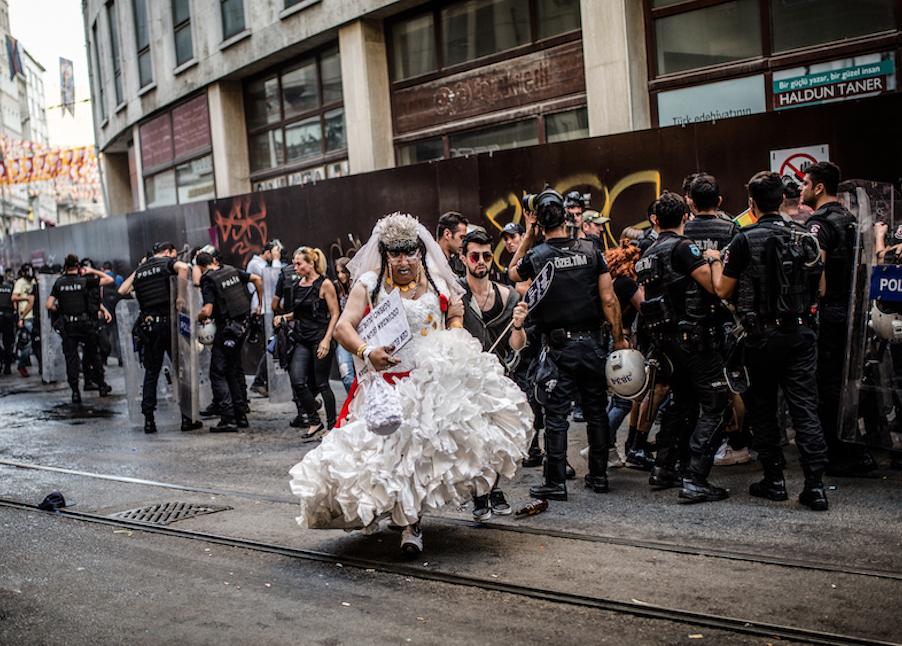 LGBTI-13UNCU-ISTANBUL-ONUR-YURUYUSU-28-HAZIRAN-2015-FOTO-VEDAT-ARIK-14.jpg