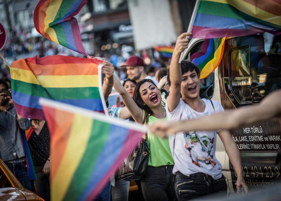 LGBTI-13UNCU-ISTANBUL-ONUR-YURUYUSU-28-HAZIRAN-2015-FOTO-VEDAT-ARIK-17.jpg