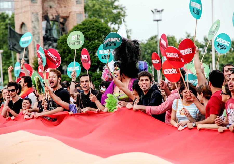 LGBTI-7INCI-ISTANBUL-ONUR-YURUYUSU-29-HAZIRAN-2009-FOTO-VEDAT-ARIK-03.jpg