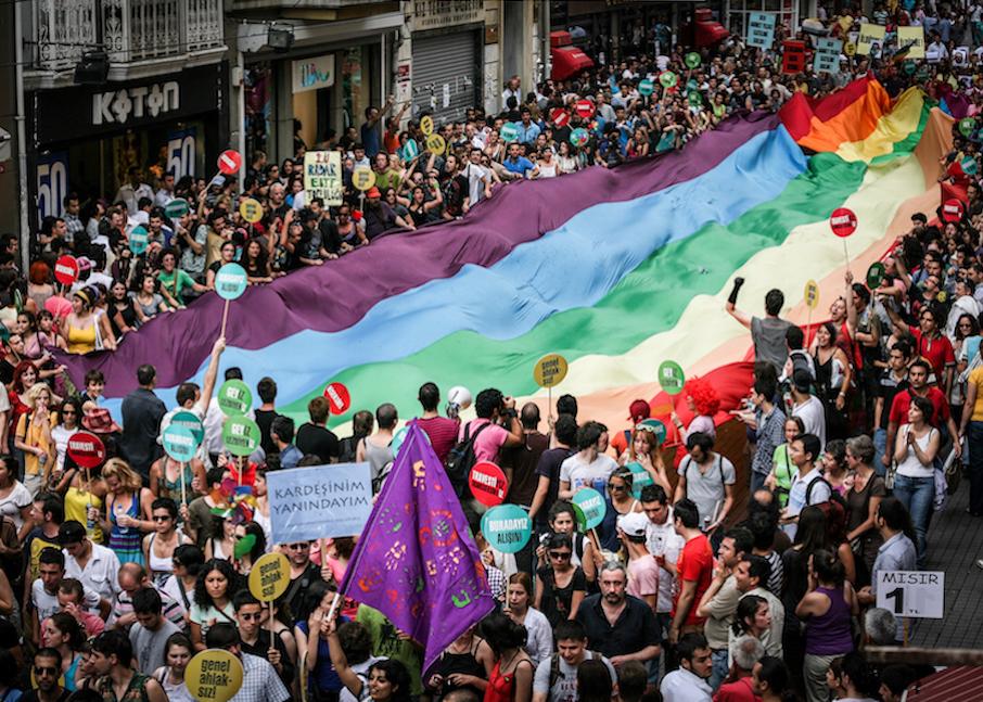LGBTI-7INCI-ISTANBUL-ONUR-YURUYUSU-29-HAZIRAN-2009-FOTO-VEDAT-ARIK-11.jpg